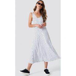 NA-KD Trend Sukienka midi z guzikami - White. Białe sukienki na komunię marki NA-KD Trend, w paski, z poliesteru, z klasycznym kołnierzykiem, midi. Za 161,95 zł.