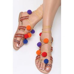 Camelowe Sandały Cocolina. Szare sandały damskie Born2be, w kolorowe wzory, z tkaniny, na płaskiej podeszwie. Za 99,99 zł.