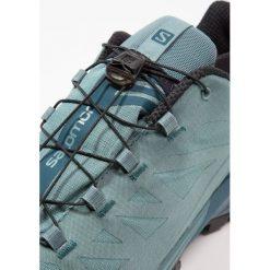 Salomon OUTPATH GTX Obuwie hikingowe north atlantic/reflecting pond/black. Zielone buty sportowe męskie marki Salomon, z materiału, outdoorowe. W wyprzedaży za 559,20 zł.