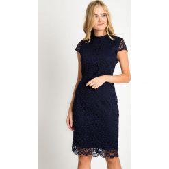 Ciemnogranatowa koronkowa sukienka ze stójką QUIOSQUE. Szare sukienki balowe marki QUIOSQUE, na co dzień, s, w koronkowe wzory, z dzianiny, z dekoltem na plecach, z krótkim rękawem, mini. W wyprzedaży za 159,99 zł.