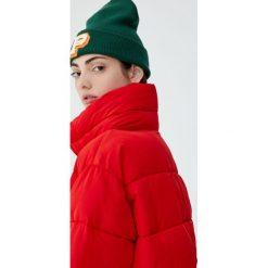 Pikowana kurtka z wysokim kołnierzem. Czerwone kurtki damskie pikowane marki Pull&Bear. Za 139,00 zł.
