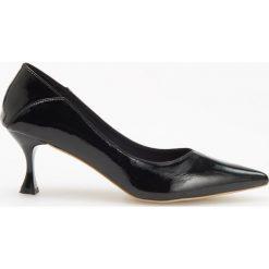 Czółenka na średnim obcasie - Czarny. Czarne buty ślubne damskie marki Kazar, ze skóry, na niskim obcasie, na obcasie. Za 139,99 zł.