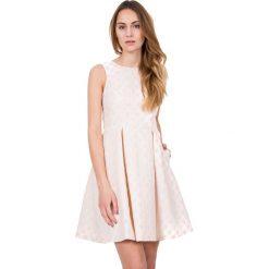 Żakardowa rozkloszowana sukienka bez rękawów BIALCON. Brązowe sukienki koktajlowe BIALCON, na imprezę, m, z żakardem, z kopertowym dekoltem, bez rękawów, kopertowe. W wyprzedaży za 230,00 zł.