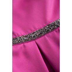 Sukienki hiszpanki: Sukienka z rozcięciem na dekolcie