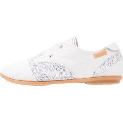 Pataugas SWING  Sznurowane obuwie sportowe white. Białe buty sportowe damskie Pataugas, z materiału. W wyprzedaży za 367,20 zł.
