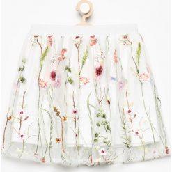 Spódnica z kwiatowym haftem - Kremowy. Białe spódniczki dziewczęce marki Reserved, z haftami. W wyprzedaży za 29,99 zł.