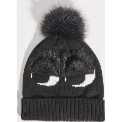 Czapka z aplikacją - Czarny. Czarne czapki zimowe damskie Sinsay, z aplikacjami. Za 24,99 zł.