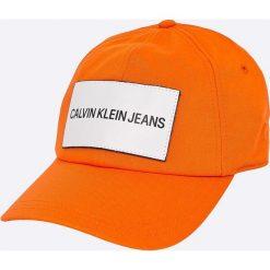 Calvin Klein Jeans - Czapka. Czerwone czapki z daszkiem męskie marki Calvin Klein Jeans, z bawełny. W wyprzedaży za 119,90 zł.