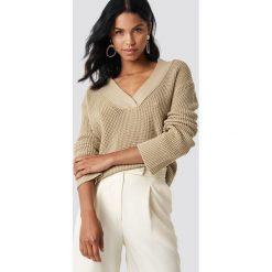 Swetry klasyczne damskie: NA-KD Sweter z dekoltem V - Beige
