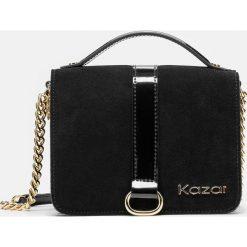 Czarna torebka damska. Czarne torebki klasyczne damskie marki Kazar, w paski, ze skóry, z tłoczeniem, z frędzlami. Za 549,00 zł.