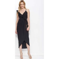 Czarna Sukienka Długa Kopertowa z Falbankami. Czarne długie sukienki Molly.pl, na imprezę, l, w jednolite wzory, eleganckie, z asymetrycznym kołnierzem, z długim rękawem, asymetryczne. Za 149,90 zł.