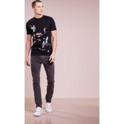McQ Alexander McQueen CREW TEE Tshirt z nadrukiem darkest black. Czarne koszulki polo marki McQ Alexander McQueen, l, z nadrukiem, z bawełny. W wyprzedaży za 356,30 zł.