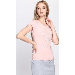 Różowy T-shirt Crystal Heart. Czerwone bluzki z odkrytymi ramionami marki Born2be, l, z napisami, z okrągłym kołnierzem, z krótkim rękawem. Za 49,99 zł.