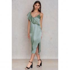 NA-KD Party Asymetryczna sukienka bieliźniana midi z falbanką - Green. Zielone sukienki asymetryczne NA-KD Party, na imprezę, z wiskozy, z asymetrycznym kołnierzem, midi. Za 40,95 zł.