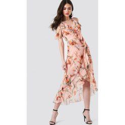 Trendyol Sukienka w kwiaty z wycięciami na ramionach - Pink. Czerwone sukienki na komunię marki Mohito, l, z materiału, z falbankami. Za 222,95 zł.