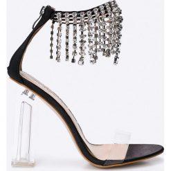 Public Desire - Sandały Oxygen. Białe sandały damskie na słupku marki Graceland, w kolorowe wzory, z materiału. W wyprzedaży za 79,90 zł.