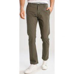 Chinosy męskie: DOCKERS PACIFIC FIELD Spodnie materiałowe dockers olive