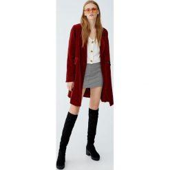 Dwurzędowy płaszcz ze sztruksu. Czerwone płaszcze damskie marki Pull&Bear, ze sztruksu. Za 199,00 zł.