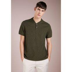 Club Monaco BAND COLLAR DONEGAL Tshirt basic olive. Zielone t-shirty męskie Club Monaco, m, z bawełny. Za 379,00 zł.
