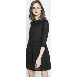 Answear - Sukienka Avignion. Sukienki małe czarne marki ANSWEAR, na co dzień, l, z poliesteru, casualowe, z okrągłym kołnierzem, rozkloszowane. W wyprzedaży za 79,90 zł.