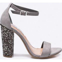 Steve Madden - Sandały Carly. Szare sandały damskie na słupku Steve Madden, z materiału. W wyprzedaży za 329,90 zł.