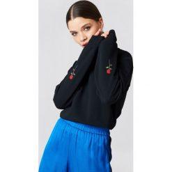 Bluzy rozpinane damskie: NA-KD Bluza z haftowanymi różami na rękawach - Black