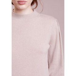 Swetry klasyczne damskie: 81hours Studio STANDUP NECK BALLON Sweter macadamia