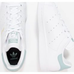 Adidas Originals STAN SMITH  Tenisówki i Trampki footwear white/tactile green. Białe tenisówki męskie adidas Originals, z materiału. W wyprzedaży za 215,20 zł.