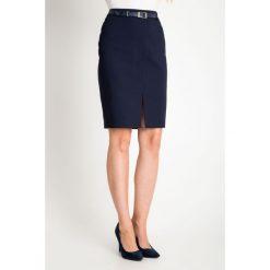 Granatowa spódnica z rozporkiem QUIOSQUE. Szare spódnice wieczorowe marki QUIOSQUE, ze skóry, ołówkowe. W wyprzedaży za 69,99 zł.