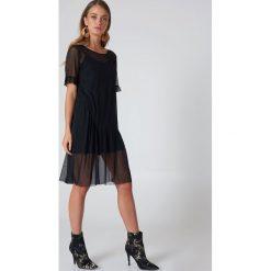 Sukienki hiszpanki: Qontrast X NA-KD Siateczkowa sukienka z rękawem z falbaną - Black