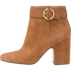 MICHAEL Michael Kors ALANA BOOTIE Ankle boot acorn. Czarne botki damskie skórzane marki MICHAEL Michael Kors, przed kolano, na wysokim obcasie. Za 1049,00 zł.