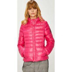 Answear - Kurtka. Różowe kurtki damskie pikowane marki ANSWEAR, l, z materiału, z kapturem. W wyprzedaży za 149,90 zł.