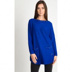 Kobaltowy sweter z kieszeniami na przodzie QUIOSQUE. Niebieskie swetry klasyczne damskie QUIOSQUE, z jeansu, z dekoltem na plecach. Za 159,99 zł.