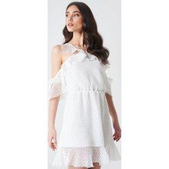 Linn Ahlborg x NA-KD Sukienka z podwójną falbaną - White. Czerwone sukienki mini marki bonprix, na lato, w grochy, z dzianiny, z podwójnym kołnierzykiem, moda ciążowa, dopasowane. Za 161,95 zł.