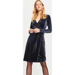 Sukienka z dekoltem - Granatowy. Niebieskie sukienki z falbanami Reserved, l. Za 89,99 zł.