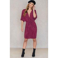 NA-KD Plisowana sukienka z ozdobnym wiązaniem z przodu - Red. Czerwone sukienki mini NA-KD, z poliesteru, z krótkim rękawem. W wyprzedaży za 53,58 zł.