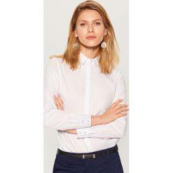 Klasyczna koszula z długimi rękawami - Biały. Białe koszule damskie marki Mohito, klasyczne, z klasycznym kołnierzykiem, z długim rękawem. Za 79,99 zł.