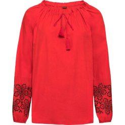 Bluzka z ażurowym haftem: MUST HAVE bonprix truskawkowy. Czerwone bluzki ażurowe marki OLAIAN, s, z materiału. Za 79,99 zł.