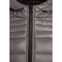 Sisley Kurtka zimowa light grey. Szare kurtki chłopięce zimowe Sisley, z materiału. W wyprzedaży za 174,30 zł.