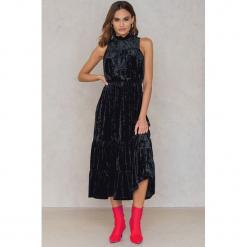 NA-KD Party Aksamitna sukienka maksi - Black. Czarne sukienki na komunię marki NA-KD Party, na imprezę, z elastanu, z falbankami. W wyprzedaży za 64,98 zł.