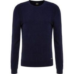 BOSS CASUAL KOSAWIROS Sweter dark blue. Niebieskie swetry klasyczne męskie marki BOSS Casual, m. Za 499,00 zł.