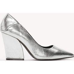 Czółenka: NA-KD Shoes Metaliczne czółenka Pointy - Silver