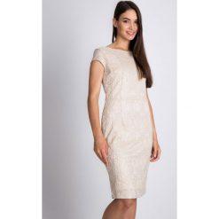 Beżowa sukienka z koronką QUIOSQUE. Brązowe sukienki balowe marki QUIOSQUE, na imprezę, w koronkowe wzory, z koronki, z kopertowym dekoltem, z krótkim rękawem, mini, kopertowe. W wyprzedaży za 129,99 zł.