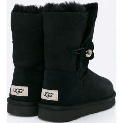 UGG - Botki Bailey Button Poppy. Czarne buty zimowe damskie marki Kazar, ze skóry, na wysokim obcasie, na obcasie. W wyprzedaży za 699,90 zł.