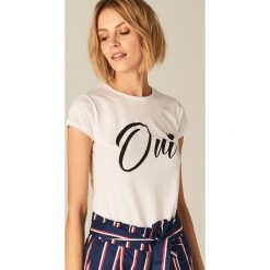 Koszulka z napisem - Biały. Czerwone t-shirty damskie marki Cropp, l, z napisami. Za 39,99 zł.