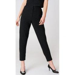 Spodnie z wysokim stanem: NA-KD Party Brokatowe spodnie z wysokim stanem – Black