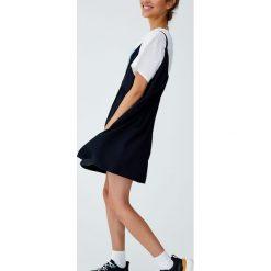 Sukienka jeansowa na ramiączkach. Niebieskie sukienki na komunię marki Pull&Bear. Za 99,90 zł.