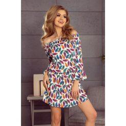 Allyson Sukienka z falbankami na rękawkach - INDIAŃSKIE kolorowe PIÓRA. Białe sukienki numoco, s, w kolorowe wzory, z falbankami, oversize. Za 149,99 zł.