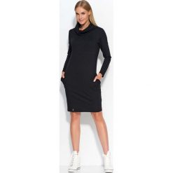 Czarna Sukienka Dresowa z Wywijanym Golfem. Czarne sukienki dresowe marki Molly.pl, na co dzień, uniwersalny, sportowe, z kapturem, proste. Za 87,90 zł.