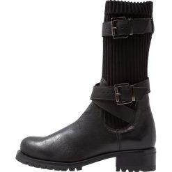 Unisa ILLAR Kowbojki i obuwie motocyklowe black. Czarne buty zimowe damskie marki Unisa, z materiału. Za 719,00 zł.